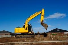 Excavador amarillo en el trabajo Imagenes de archivo