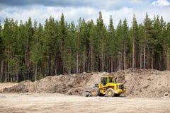 Excavador amarillo en sandpit Fotografía de archivo