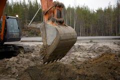Excavador con un compartimiento levantado Foto de archivo