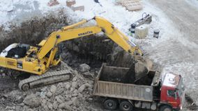 Excavador de la correa eslabonada que trabaja en un emplazamiento de la obra almacen de metraje de vídeo