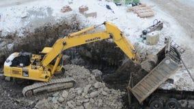 Excavador de la correa eslabonada que trabaja en un emplazamiento de la obra almacen de video