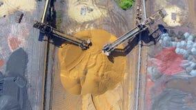 Excavador de la explotación minera en la mina del fondo Depósitos del lignito Visión desde arriba metrajes