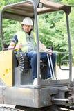 excavador de la impulsión del hombre del trabajador de construcción Imagenes de archivo