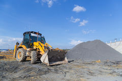 Excavador del cargador de la rueda que descarga la arena Imagen de archivo