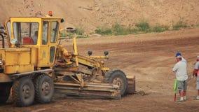Excavador en el camino almacen de metraje de vídeo