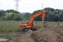 Excavador en el campo Imagen de archivo