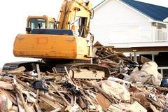 Excavador en el edificio dañado Imágenes de archivo libres de regalías