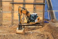 Excavador en el emplazamiento de la obra Fotos de archivo