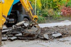 Excavador en el sandpit durante trabajos del movimiento de tierras Fotos de archivo
