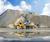 Excavador en la mina. Imagen de archivo