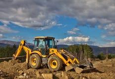 Excavador en las montañas Fotos de archivo libres de regalías