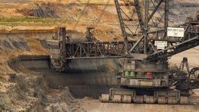 excavador en una mina del lignito - lapso de la Cubo-rueda de tiempo almacen de metraje de vídeo