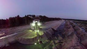 Excavador enorme de la explotación minera de la arena almacen de metraje de vídeo