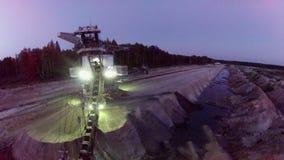 Excavador enorme de la explotación minera de la arena almacen de video