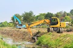 Excavador a lo largo del río Imágenes de archivo libres de regalías