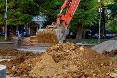 excavador que cava el camino Foto de archivo