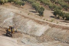 Excavador que descarga la arena Foto de archivo libre de regalías