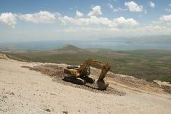 Excavador que trabaja en la naturaleza Foto de archivo