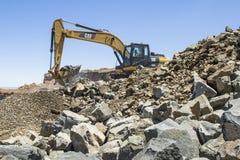 Excavador que trabaja en una mina Fotos de archivo libres de regalías