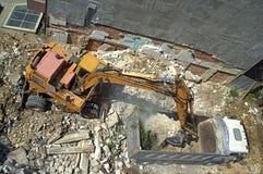 Excavador y descarga en el emplazamiento de la nueva obra Foto de archivo libre de regalías