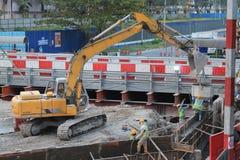 Excavadora en lugar de la construcción Fotos de archivo