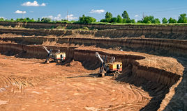 Excavadores de la mina del caolín Imagenes de archivo