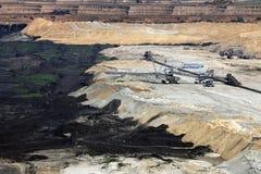 Excavadores que trabajan en mina de carbón Imágenes de archivo libres de regalías