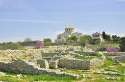 Excavations d'attractions de voyage de la Crimée Khersones des murs et de la cathédrale au printemps Images libres de droits