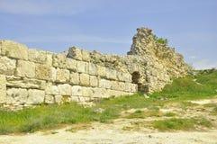 Excavations de sites historiques de voyage de la Crimée Khersones des murs au printemps Image libre de droits