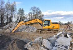 Free Excavator HYUNDAI Work At Landfill With Concrete Demolition Waste. Salvaging And Recycling Building And Royalty Free Stock Images - 187121299