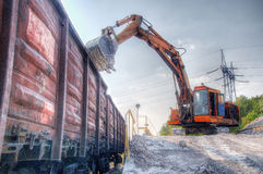 Excavator loads gravel Royalty Free Stock Photos