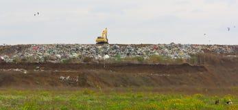 Excavatrice à la décharge de déchets Image libre de droits