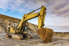 Excavatrice arrêtée aux travaux de construction de la route de Ségovie - de Madrid - de Valladolid due à l'impact sur l'environne photo libre de droits