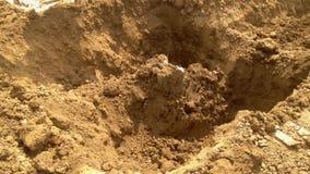Excavatrice au travail pelle mécanique à pelle rétro travaillant au champ, fouille autour de pilier central banque de vidéos