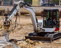 Excavatrice avec le marteau de démolition Photo libre de droits