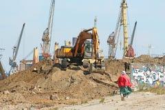 Excavatrice avec un grand seau sur une pile du sable photo libre de droits