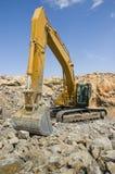 Excavatrice dépistée dans une carrière Photos stock
