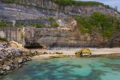 Excavatrice dans l'océan Travaux d'ingénierie, Bali, Indonésie images libres de droits