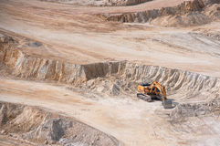 Excavatrice dans la mine à ciel ouvert Photographie stock