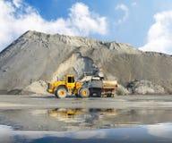 Excavatrice dans la mine. Image stock