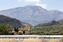 Excavatrice dans les montagnes Photos libres de droits
