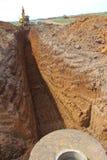 Excavatrice de chenille à un chantier de construction image libre de droits