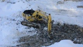 Excavatrice de chenille fonctionnant à un chantier de construction banque de vidéos