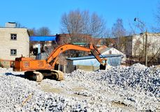 Excavatrice de construction ? une installation de transformation industrielle de pierre de gypse photo libre de droits