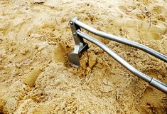 Excavatrice en métal de jouet sur le terrain de jeu dans le sable photos libres de droits