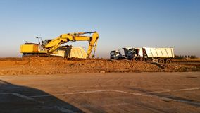 Excavatrice et camions photo stock