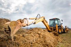 Excavatrice faisant des terrassements sur le site Image stock
