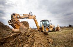 Excavatrice faisant des terrassements sur le site photographie stock