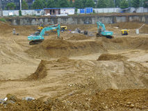 Excavatrice fonctionnant sur un chantier de construction Images libres de droits