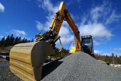 Excavatrice hydraulique contre le ciel bleu Image libre de droits